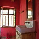 czerwone ściany w łazience