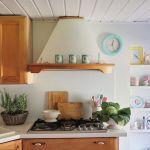 kuchnia w kolorze drewna i bieli