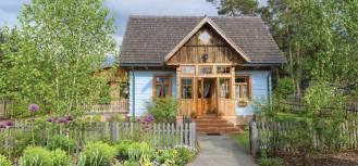 Urocze Roztocze: dom w stylu wiejskim z dużą werandą i dachem pokrytym gontem
