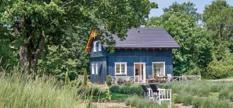 niebieski dom w stylu norweskim