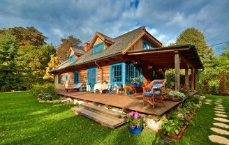Dom z niebieskimi oknami