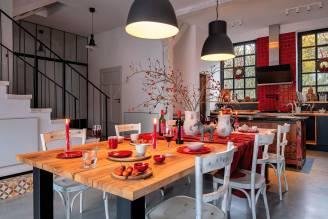 jadalnia z drewnianym stołem