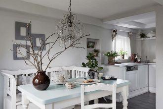 Mały biały domek w stylu wiejskim