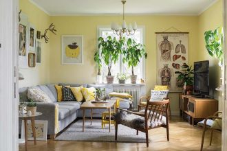 Dom na skraju lasu: białe wnętrza z drewnem i żółtymi akcentami