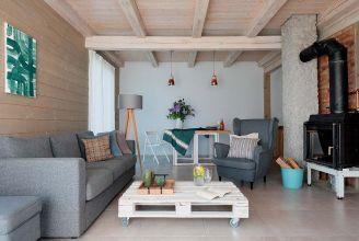 Dom na Mazurach: proste, pełne światła wnętrza i piękne widoki