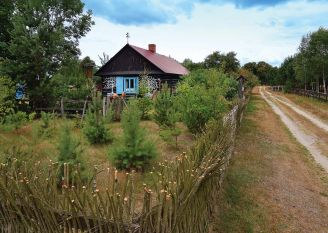 Chałupa z kogutkami – dom jak z wiejskiego skansenu