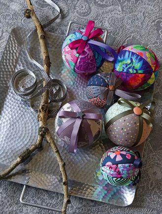 Bombka DIY z materiałów i wstążki