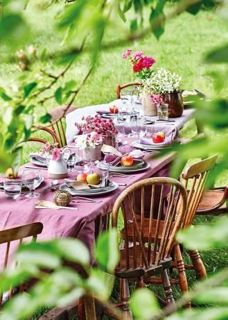 Przyjęcie w ogrodzie – dekoracje kwitnące na stołach