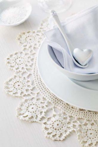 Dekoracyjne koronki na stole i w salonie