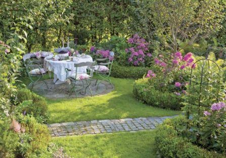 Kamienna ścieżka w ogrodzie