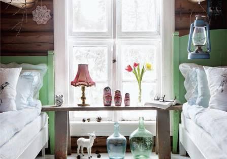 drewniany dom z kolorowymi akcentami