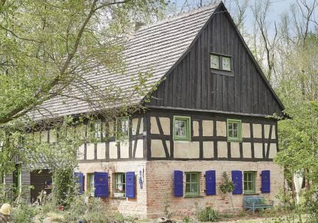dom z okiennicami