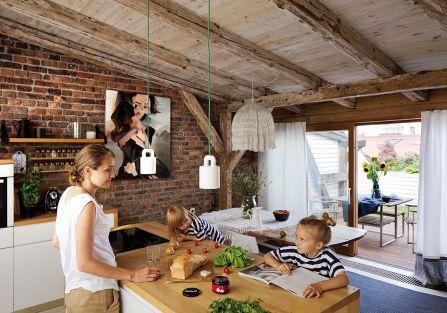 Cegła i drewno we wnętrzach apartamentu na poddaszu