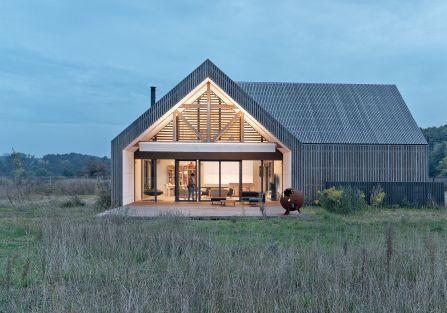 Co zrobić, żeby nowoczesna stodoła wyglądała pięknie na łące? Odpowiada architekt Bartłomiej Bajon