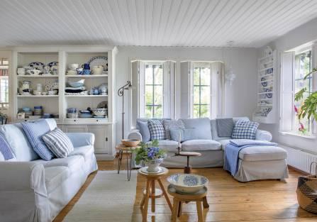 Dom w stylu skandynawskim z nutką eklektyzmu i błękitnymi dodatkami