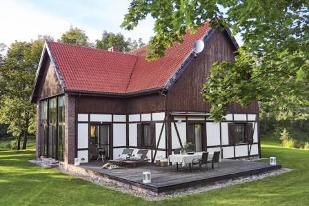 Nowoczesne siedlisko na mazurach: mur pruski i dwuspadowy dach