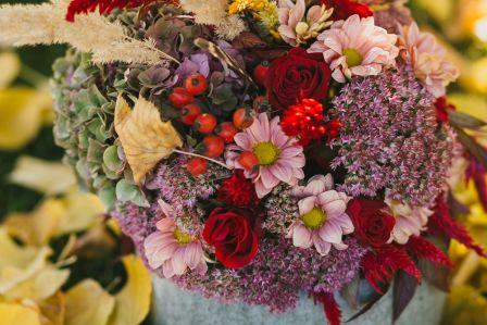 Zrób to sam: dekoracje z dyni całej w kwiatach