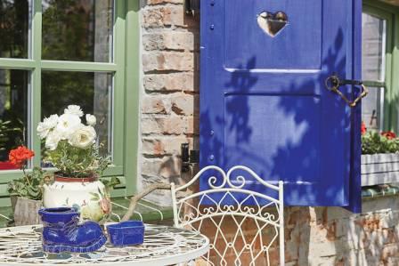Chatka z innej bajki – śląski szachulec z kobaltowymi okiennicami