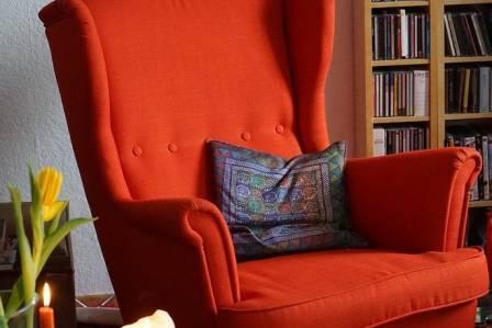 Fotel wypoczynkowy do salonu – postaw na kolor!
