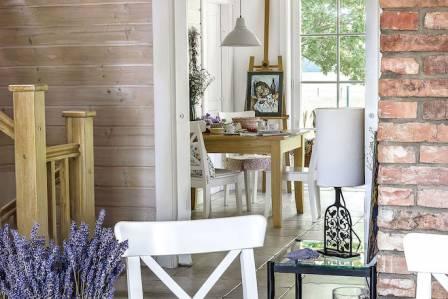 Lawendowe szczęście: dom z drewna w stylu skandynawskim