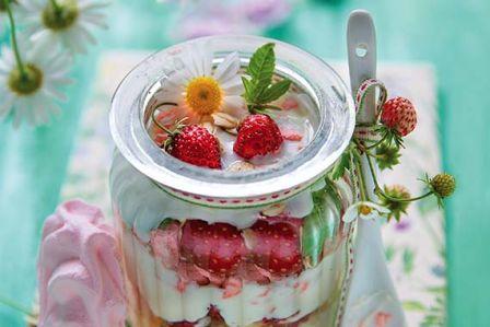 Śniadanie: truskawki z jogurtowym serkiem