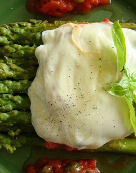 Zielone szparagi z sosem pomidorowym pod serową pierzynką