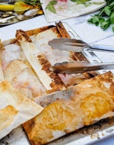 Sandacz w papilotach pieczony z masłem ziołowym