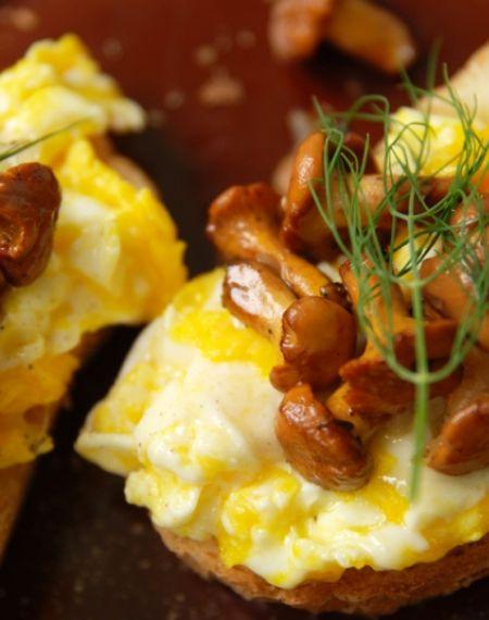 Grzanki z kurkami i jajecznicą z wiejskich jaj od Pani Janeczki