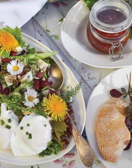 sałatka z jajkiem i serem pleśniowym