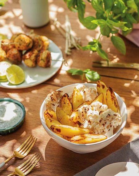 Opiekane ziemniaki i kalafior z jogurtowym sosem