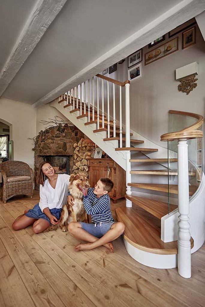 drewniane schody do domu