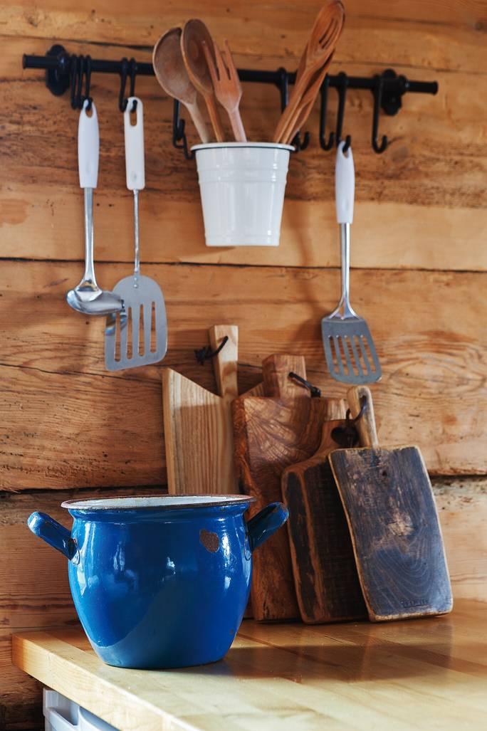 kuchnia w drewnianym, starym domu