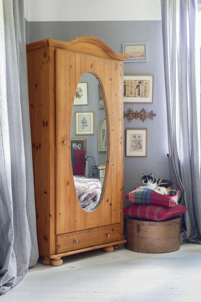 drewniana szafa z lustrem