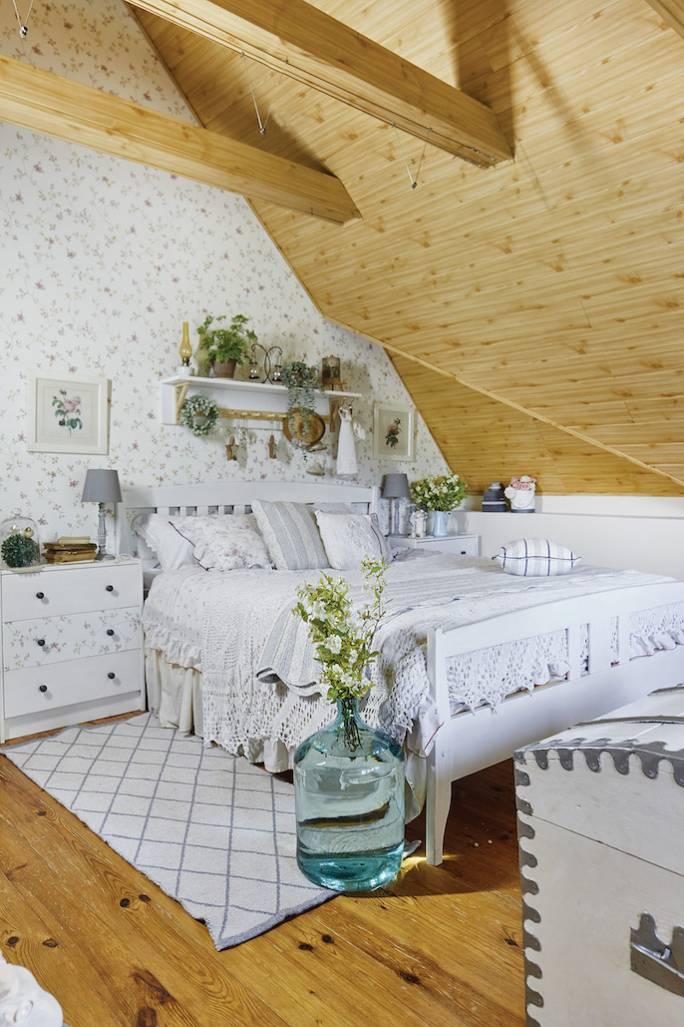 sypialnia biała z drewnem