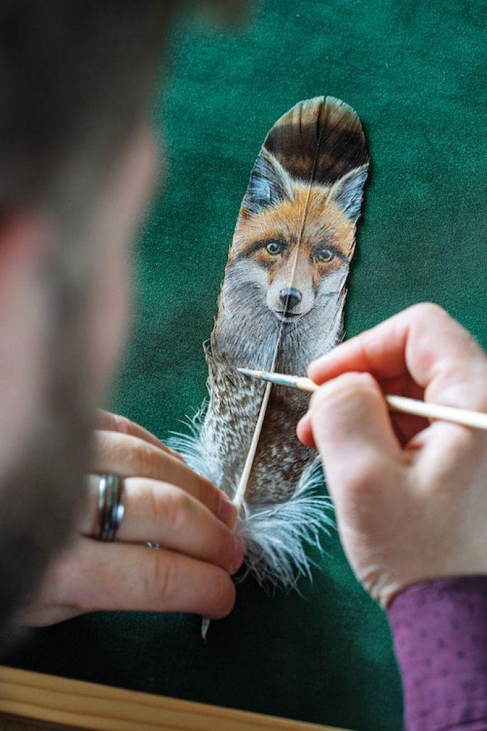Trzeba mieć pewną rękę, malować szybko, żeby akryl za wcześnie nie zasechł nachorągiewkach piór.