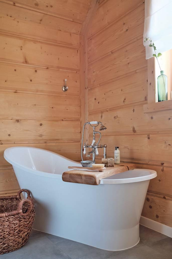 W mroźne zimowe wieczory  nic tak nie rozgrzewa jak kąpiel  w wannie otoczonej drewnianymi ścianami z widokiem na górski pejzaż. Półkę zrobili górale.
