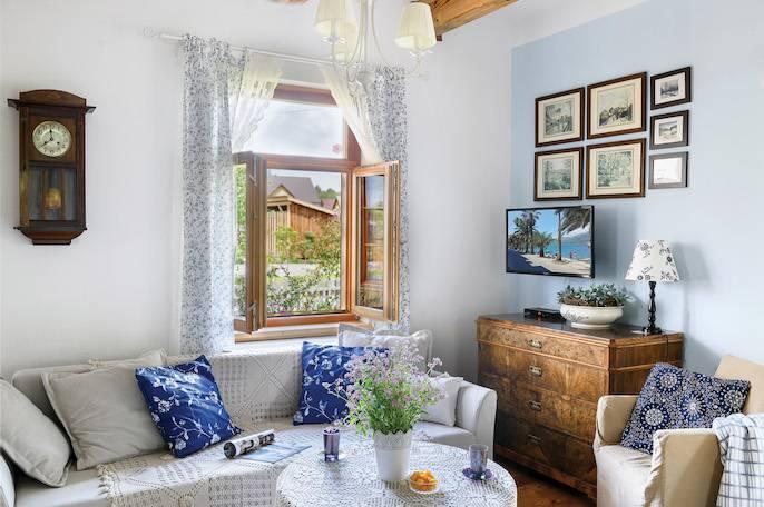 W przestronnym salonie tylko sofa i stylizowany kominek są nowe. Reszta  to antyki wygrzebane  na szwajcarskich targach staroci.