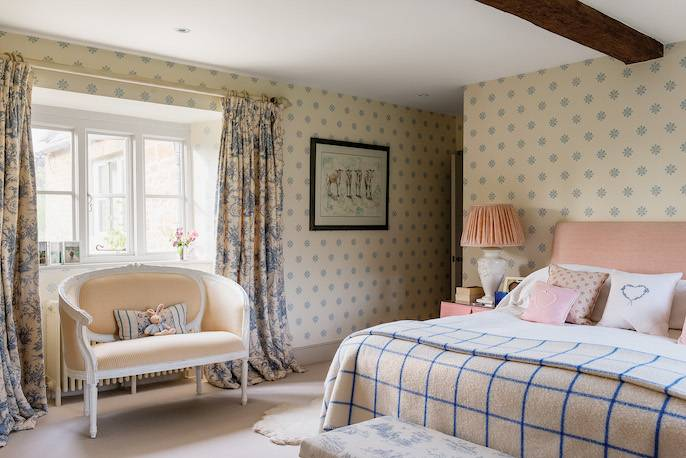 Niezawodne chwyty dekoracyjne  to zawsze abażury, poduszki, dywany, zasłony. Wystarczy zmienić jeden element, adom odrazu wygląda inaczej.