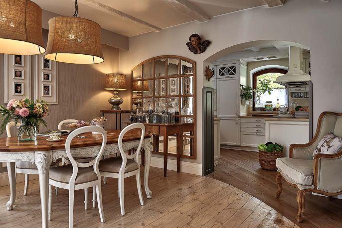 Stylowy stół Monika sprowadziła z Francji. Specjalnie dla niego dobudowała werandę – teraz na parterze jest dość miejsca, by dało się go rozłożyć bez przesuwania mebli. Lampy – Pottery Barn, krzesła z Allegro.