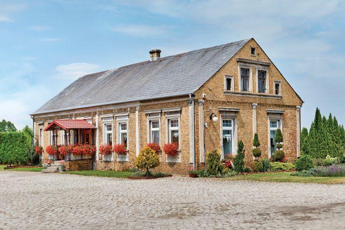 Bogate w w architektoniczne detale elewacja poniemieckiego domu przykuwa wzrok pilastrami, gzymsami oraz szerokimi opaskami wokół okien. Spadzisty daszek ażurowego ganku podtrzymuje oryginalna konstrukcja z 1908 roku.