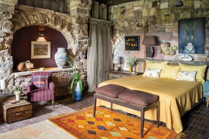Sypialnia to dawna stajnia przy karczmie  – zachowały się po niej kamienne łuki. Oryginalna drewniana podłoga  jest z odzysku –  właściciel przywiózł ją z remontowanego domu w Amsterdamie.