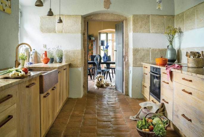 Posadzka w kuchni  leżała kiedyś w kościele,  a kafle na ścianach  – na podłodze karczmy.