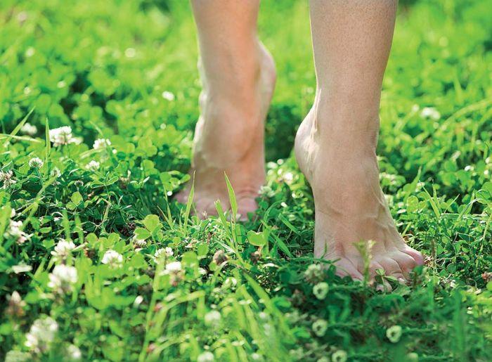 Biegaj boso po trawie