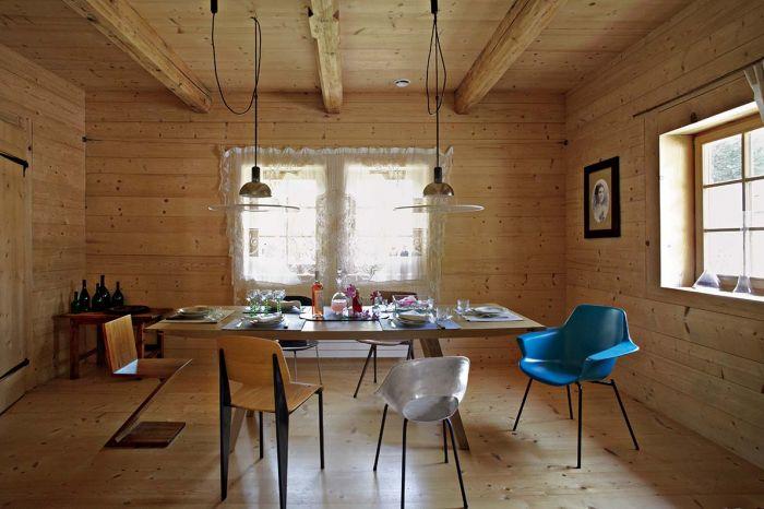 Stuletni, drewniany dom urządzony klasykami designu