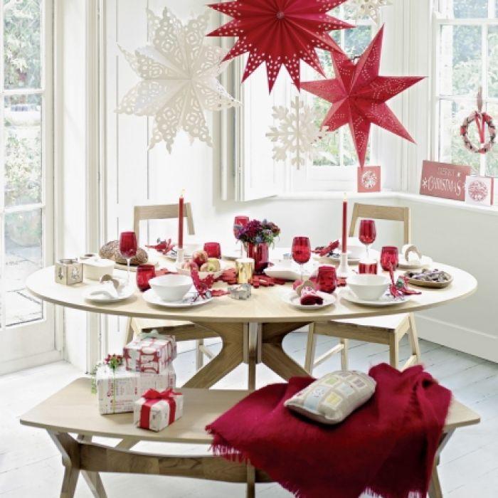 Stół świątecznie nakryty