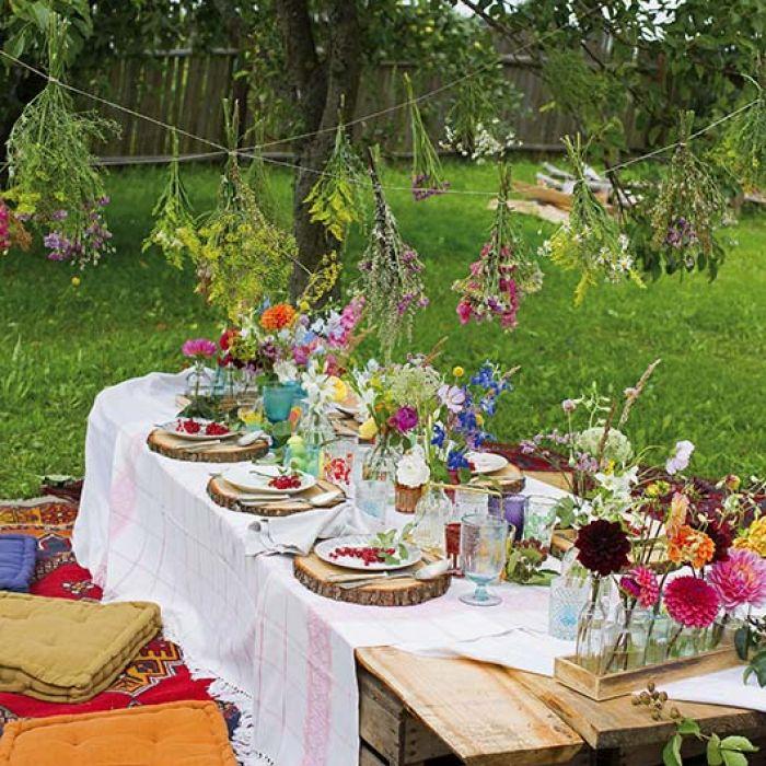 Kwiaty z łąki i z grządki na stole