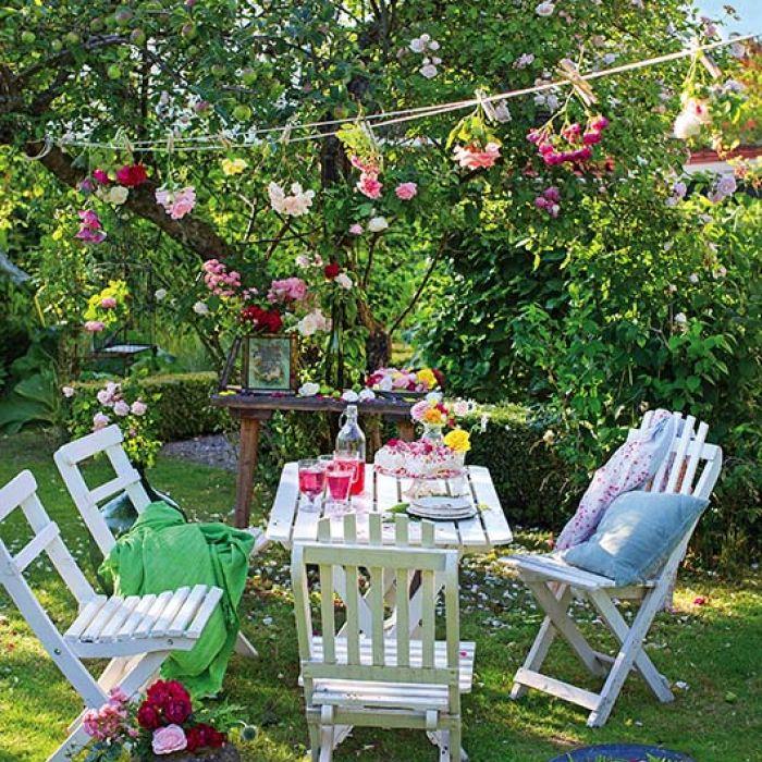 Przenosimy obiad do ogrodu: 15 pomysłów na stoły drewniane