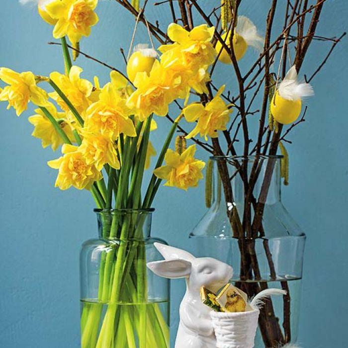 Stół wielkanocny – dekoracje z kwiatów, piórek i pisanek